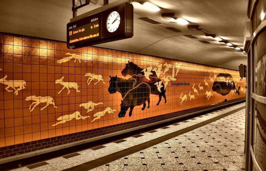 Красивая станция метро в Берлине